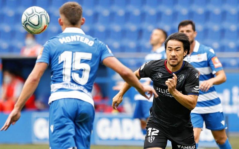 5日のデポルティボ戦の後半、ボールを追う岡崎(右)。いまはチームでの役割にフォーカスしているという=共同