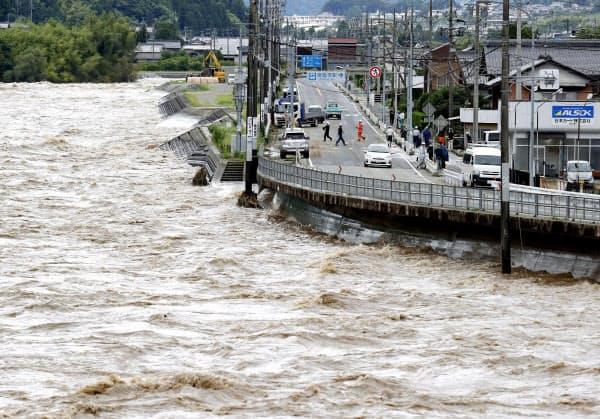 大雨で増水した飛騨川(8日午前、岐阜県下呂市)=共同