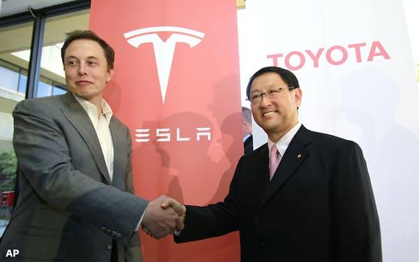 テスラのイーロン・マスクCEO(左)とトヨタの豊田章男社長が資本・業務提携を発表したのは、10年前の2010年のことだった=AP