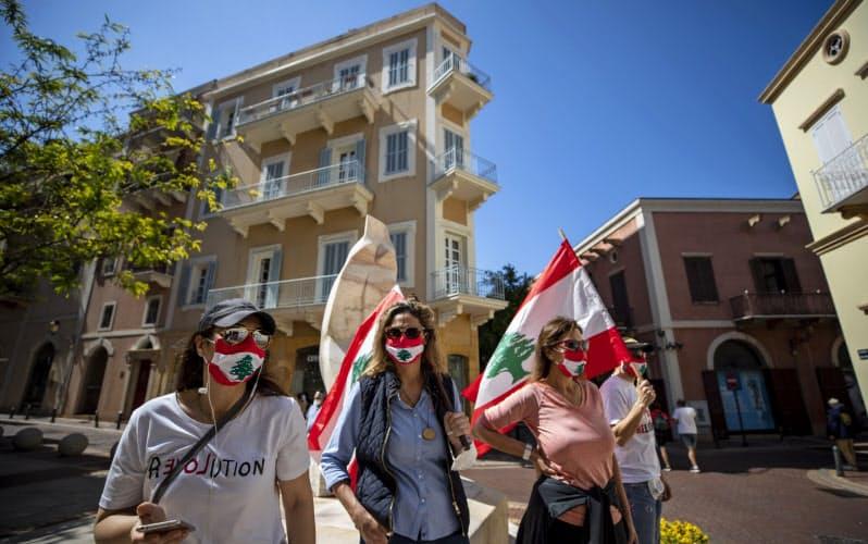 ベイルートの中央銀行の近くで反政府デモに参加する人たち=AP