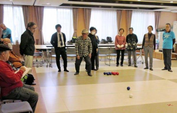 名古屋市南区の地域活動「ボッチャサロンみなみ」で競技を楽しむ高齢者ら(2月20日)=南区社会福祉協議会提供
