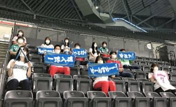 観客は原則として両隣を3列あけて座る(8日、札幌ドーム)