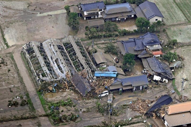 豪雨被害を受けた熊本県人吉市の家屋とビニールハウス(5日)=共同通信社ヘリから