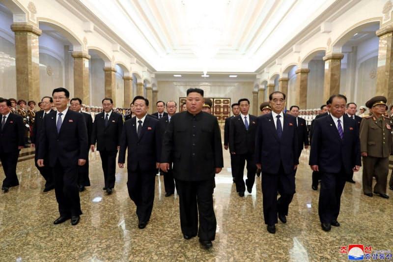 平壌の錦繍山太陽宮殿を訪問する金正恩委員長(中央)。8日に報じられた=朝鮮中央通信・朝鮮通信