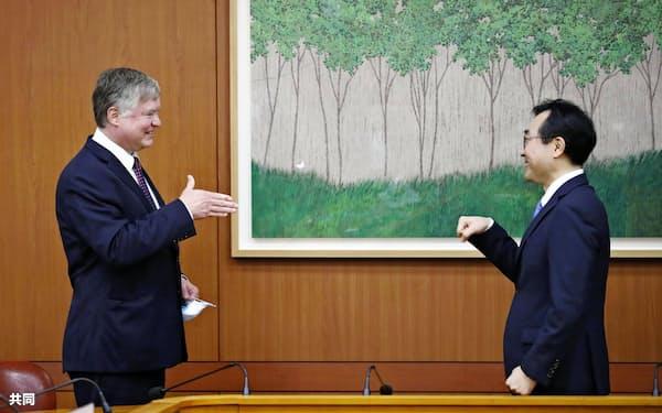 ビーガン米国務副長官(左)と韓国外務省の李度勲朝鮮半島平和交渉本部長(8日、ソウル)=共同
