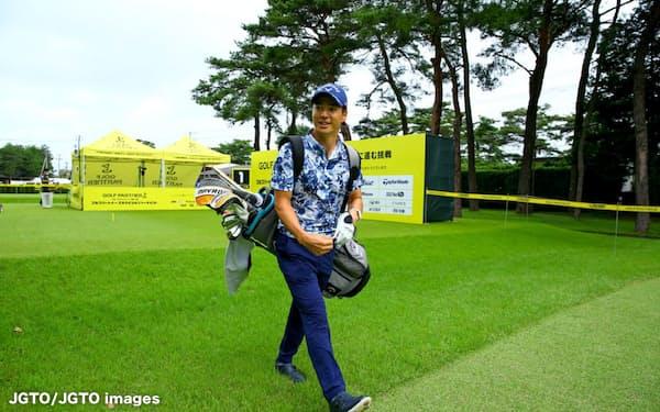 ゴルフバッグを担いで練習ラウンドに飛び出した石川遼=JGTO/JGTO images