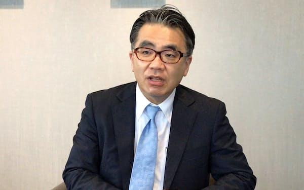 インタビューに答えるあおぞら銀行の谷川啓社長