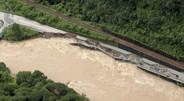 大雨による飛騨川の増水で崩落した岐阜県下呂市の国道41号(8日午前11時40分)=共同