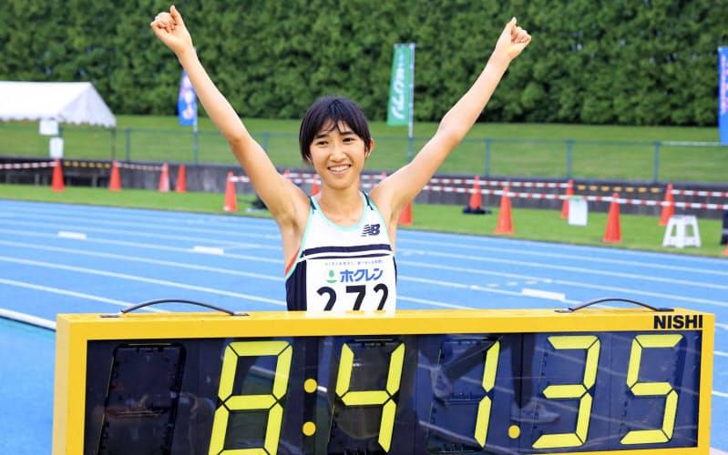 女子3000メートルで8分41秒35の日本新記録をマークし、笑顔でポーズをとる田中希実(8日、深川市陸上競技場)=代表撮影・共同
