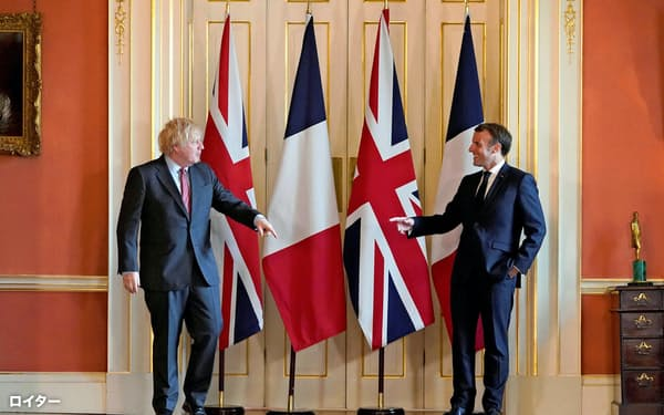 英ロンドンの首相官邸で、ポーズをとるジョンソン英首相(左)とフランスのマクロン大統領(6月18日、英首相官邸提供)=ロイター・共同