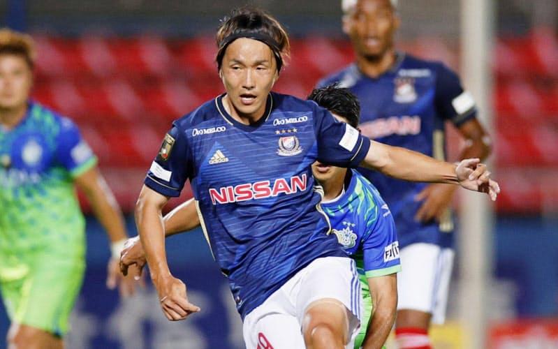 後半、ボールをキープする横浜M・天野=共同