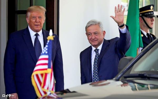 メキシコのロペスオブラドール大統領(右手前)を迎えるトランプ米大統領(8日、ホワイトハウス)=ロイター