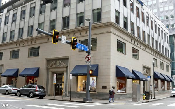 ブルックス・ブラザーズは新型コロナの影響で経営が行き詰まった(5月、米ピッツバーグの店舗)=AP