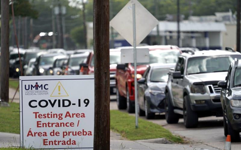 8日、米テキサス州でコロナウイルスの検査に並ぶ車の列=AP