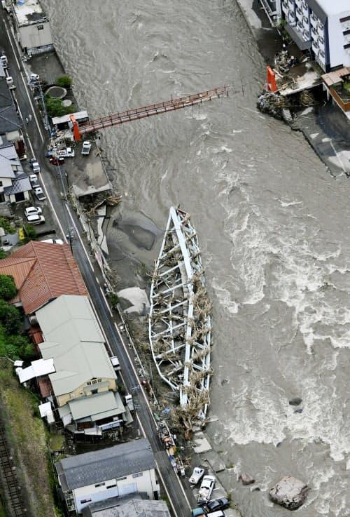 大分県日田市の天ケ瀬温泉で玖珠川に流された鉄橋(8日午後)=共同