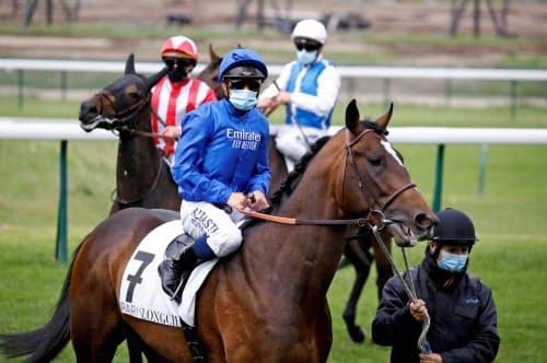 フランスでは5月11日に無観客で競馬を再開。騎手はマスクをつけてレースに臨んだ(ロンシャン競馬場)=ロイター