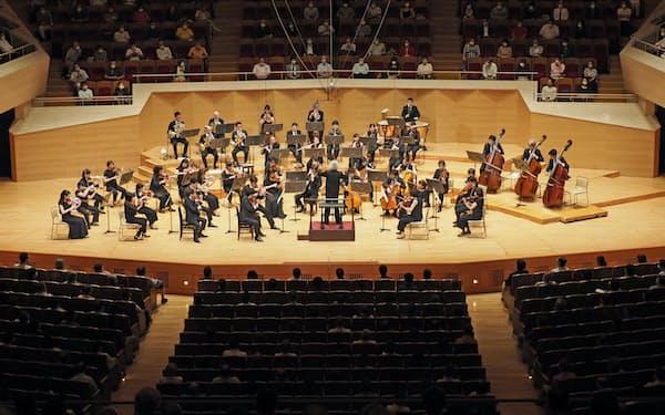 再開した定期公演で演奏する東京交響楽団(6月26日、東京都港区のサントリーホール)