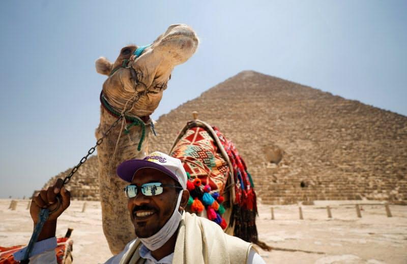 エジプトは100日ぶりにピラミッドで観光客受け入れを再開した(1日、ギザ)=ロイター