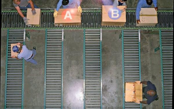 パナソニックが開発した倉庫向け荷分け支援システムは照らされた画像で送り先を判断できる。米ブルーヨンダーとの合弁会社でも顧客に提案する