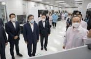 文在寅大統領はSKハイニックスの半導体工場を訪問し、先端素材の国産化を進めると宣言した(9日、利川市)=韓国大統領府提供