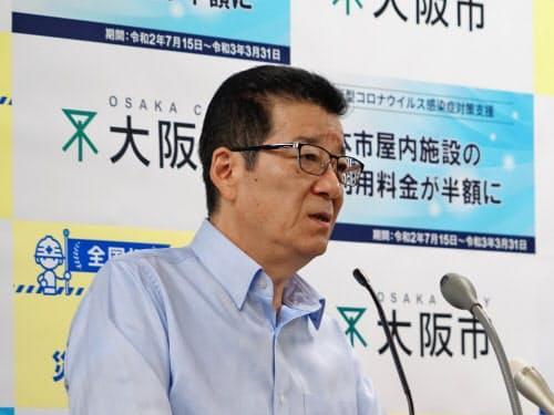 記者団の質問に応じる大阪市の松井一郎市長(9日、大阪市役所)