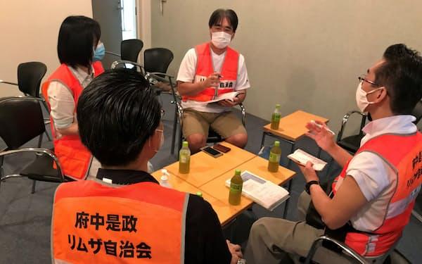 マンション住民が参加する草刈り清掃の打ち合わせをするリムザ自治会の役員(東京都府中市)
