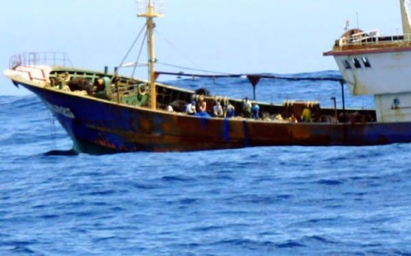 中国漁船は世界の洋上で漁をしている=小笠原島漁業協同組合提供