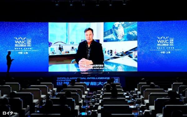 9日開かれた世界AI大会にテスラのイーロン・マスクCEOがビデオ出演した=ロイター