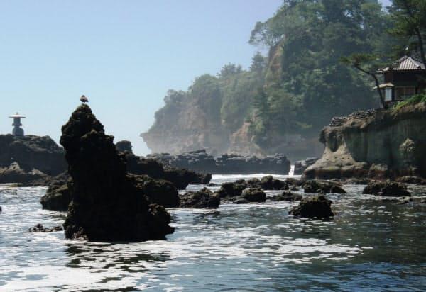 五浦海岸の奇岩岩礁と、岡倉天心が築いた六角堂(右手)