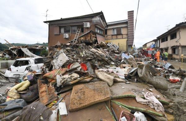 豪雨被害にあった熊本県人吉市。浸水被害を受けた住宅街では廃棄された家財道具類が山積みになっていた(9日午後)