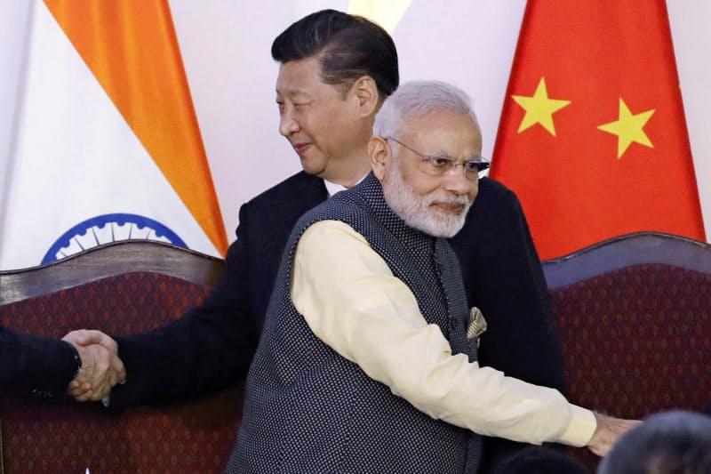 新興5カ国(BRICS)首脳会議に出席したインドのモディ首相(手前)と中国の習近平国家主席=2016年10月16日、インド・ゴア州(AP=共同)