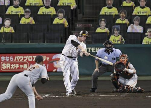 7回阪神無死一塁、ボーアが右中間に先制2ランを放つ。投手メルセデス、捕手大城(9日、甲子園)=共同