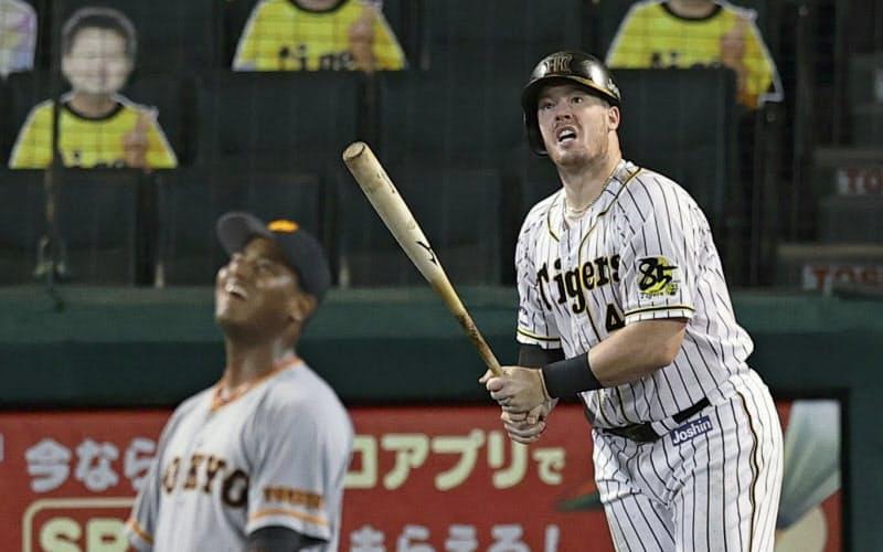 7回阪神無死一塁、ボーアが右中間に先制2ランを放つ=共同