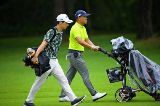 石川(左)は自らバッグを担ぎ、宮里優(右)は電動カートを使用するなどセルフプレーで実施=JGTO/JGTOimages