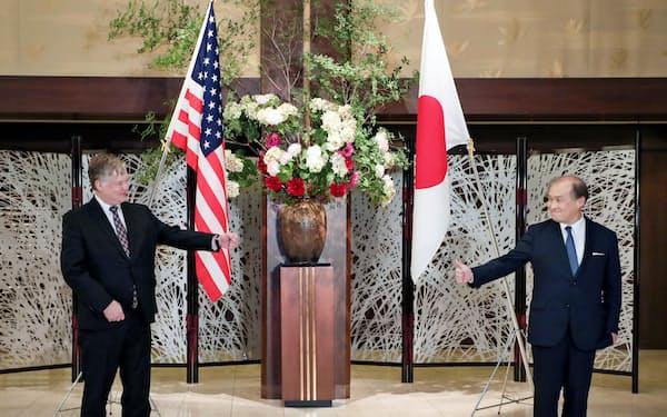 会談に臨むビーガン米国務副長官(左)と秋葉剛男外務事務次官=9日午後、東京都港区(代表撮影)