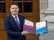 ユーロ圏財務相会合の新議長に選出されたアイルランドのドナフー財務相(19年10月、ダブリン)=ロイター