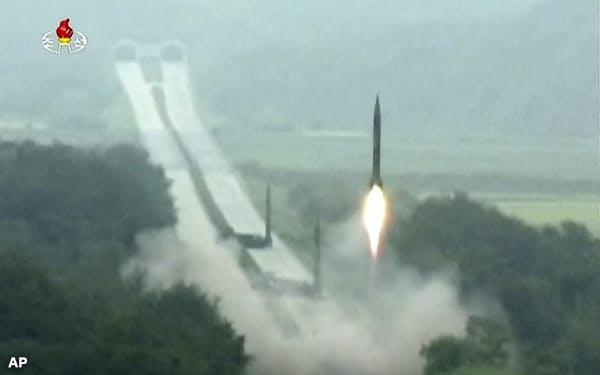 北朝鮮は2016年時点で日本のミサイル防衛を無効化していた(写真は朝鮮中央テレビが報じた同年9月5日の複数のミサイルを同時発射する「飽和攻撃」実験)=AP