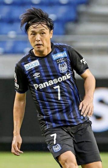 4日のC大阪戦でJ1最多出場記録を更新したG大阪の遠藤。「(自身は)チームの駒にすぎない」と言い切り、若手とのポジション争いに全力で立ち向かう=共同