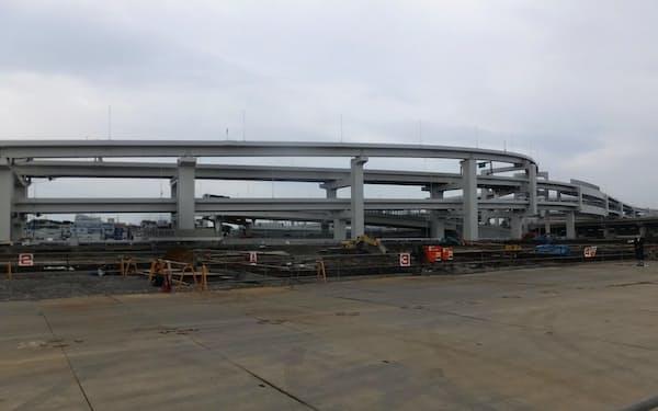 建設予定地は高速道路のすぐそばにある(10日、横浜市内)