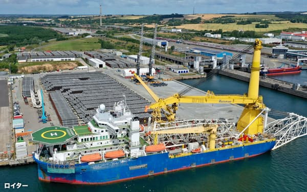 ロシアのガス管工事用の船舶がドイツのムクラン港を出発した=ロイター