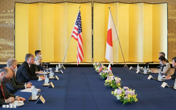 会談に臨むビーガン米国務副長官(左から3人目)と茂木敏充外相(右端)=10日、東京都港区(代表撮影)
