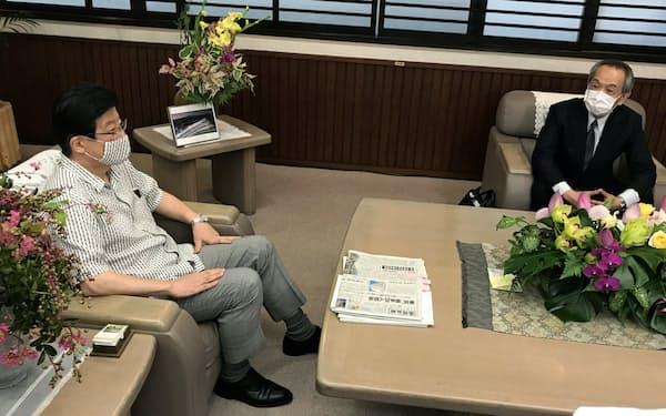 静岡県庁で会談する川勝平太知事(左)と国土交通省の藤田耕三事務次官(10日、静岡県庁)