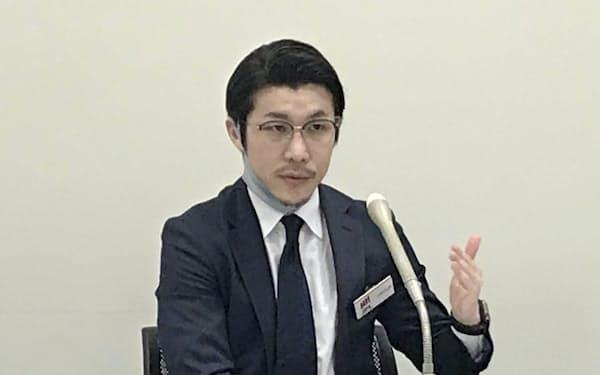 10日の上場会見で質疑応答に応じるSpeeeの大塚代表取締役