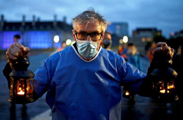 ロンドン市内をデモ行進する医療スタッフ(7月3日)=ロイター