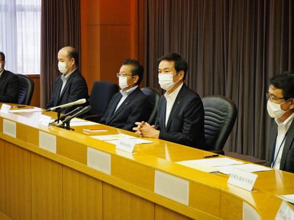 千葉県新型コロナウイルス対策本部会議に臨む森田知事(右から2人目、10日、千葉県庁)