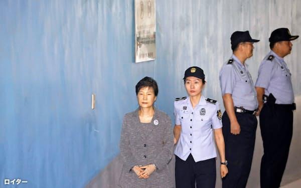 出廷する韓国の朴槿恵前大統領(左)(2017年8月)=ロイター