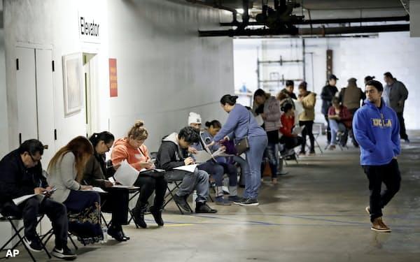失業者の支援制度に応募する人たち。6月分の米雇用統計では非農業部門の雇用者数が480万人増えたが…=AP