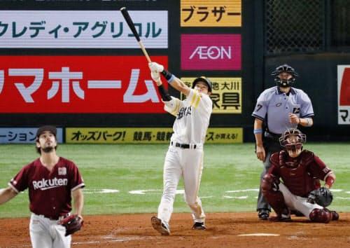 10回ソフトバンク無死、柳田が左中間にサヨナラ本塁打を放つ。投手シャギワ、捕手足立(10日、ペイペイドーム)=共同