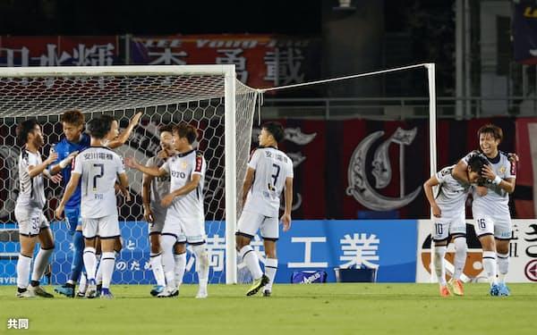 勝利喜ぶ北九州イレブン(10日、Cスタ)=共同