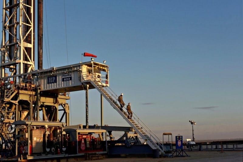 石油業界では需要の低迷で業績悪化が深刻に(米テキサス州の掘削施設)=ロイター